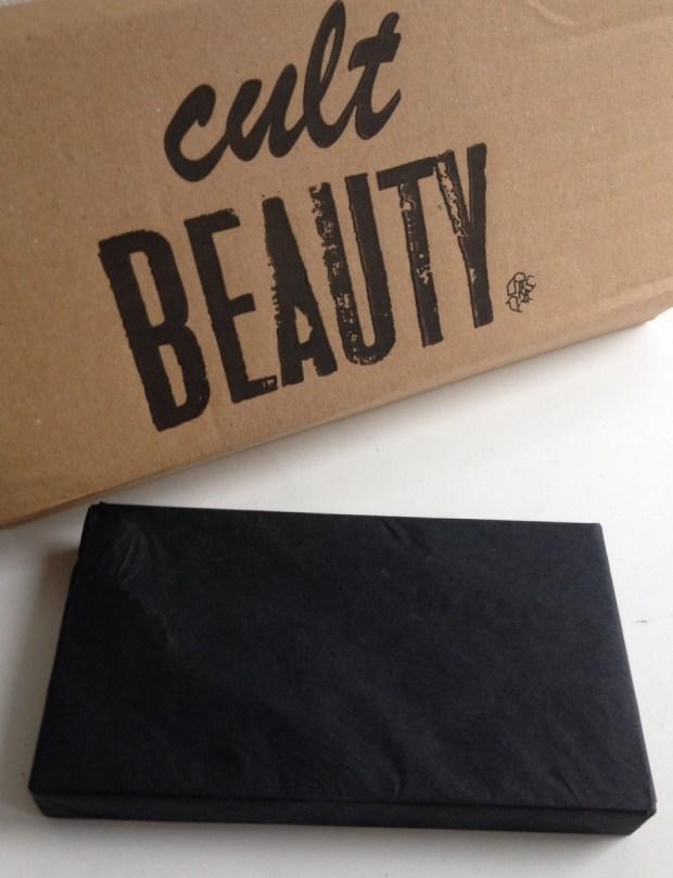 Joli petit colis emballé en mode auto cadeau dans un papier de soie noir! Chic non?