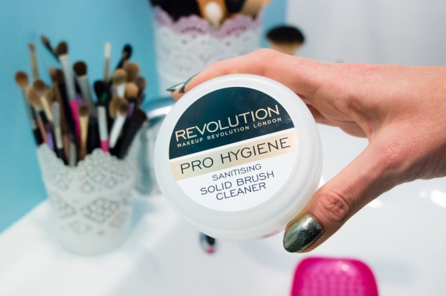 makeup-revolution-solid-brush-cleaner
