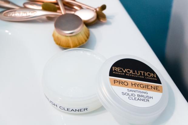 savon-nettoyant-pinceaux-makeup-revolution