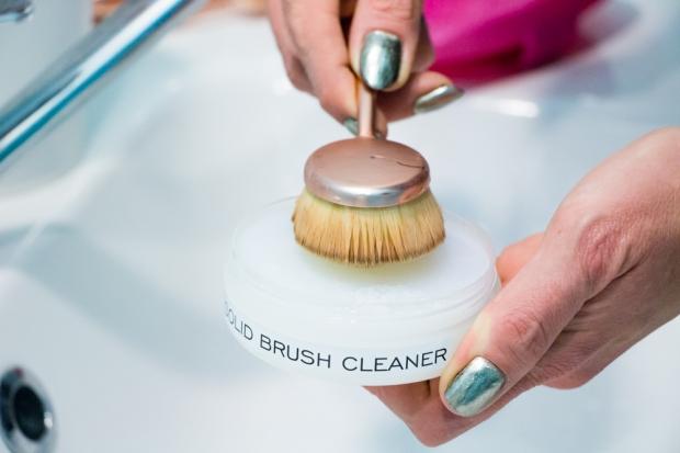 test-solid-brush-cleaner-makeup-revolution