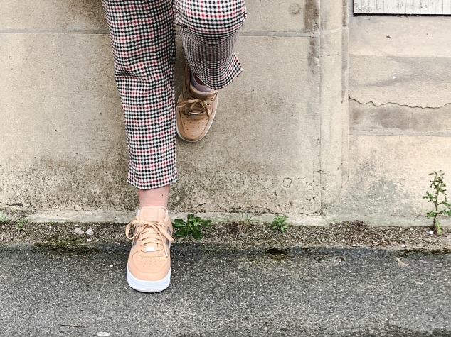 Créer un look tendance avec les basiques comme le pantalon pied de poule et des Air Force de chez Nike