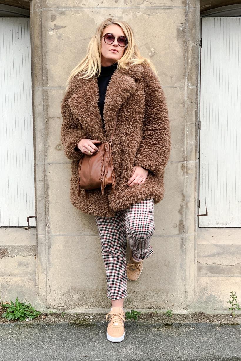 look tendance avec un manteau Teddy Bear et des basiques de l'automne