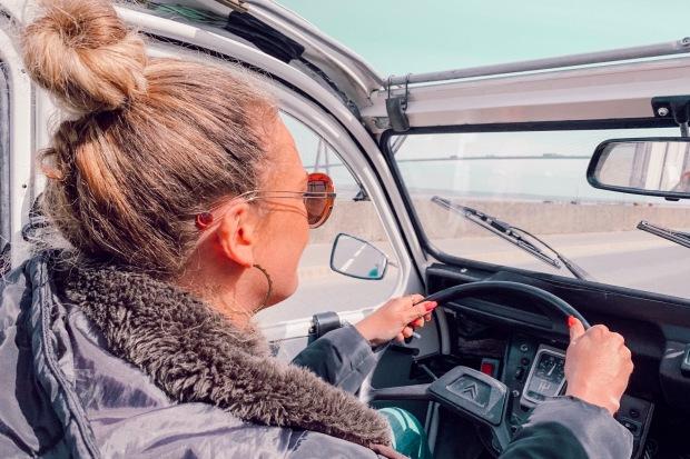 Conduire une 2CV en Normandie